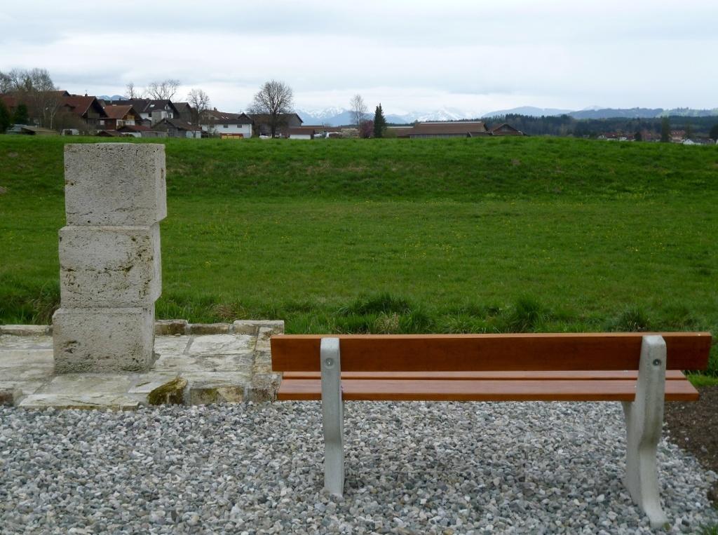 Würfel aus ehemals in Huglfing abgebautem Tuffstein wenig außerhalb von Oberhausen. (Monika Heindl)