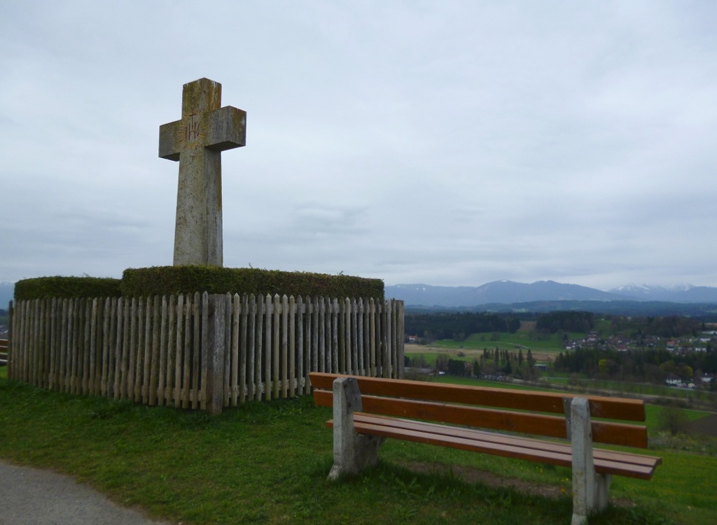 Markantes Steinkreuz auf dem Kreuzbichel - von den Bänken bietet sich ein schöner Blick über Oberhausen hinweg auf die Alpenkette. (Monika Heindl)