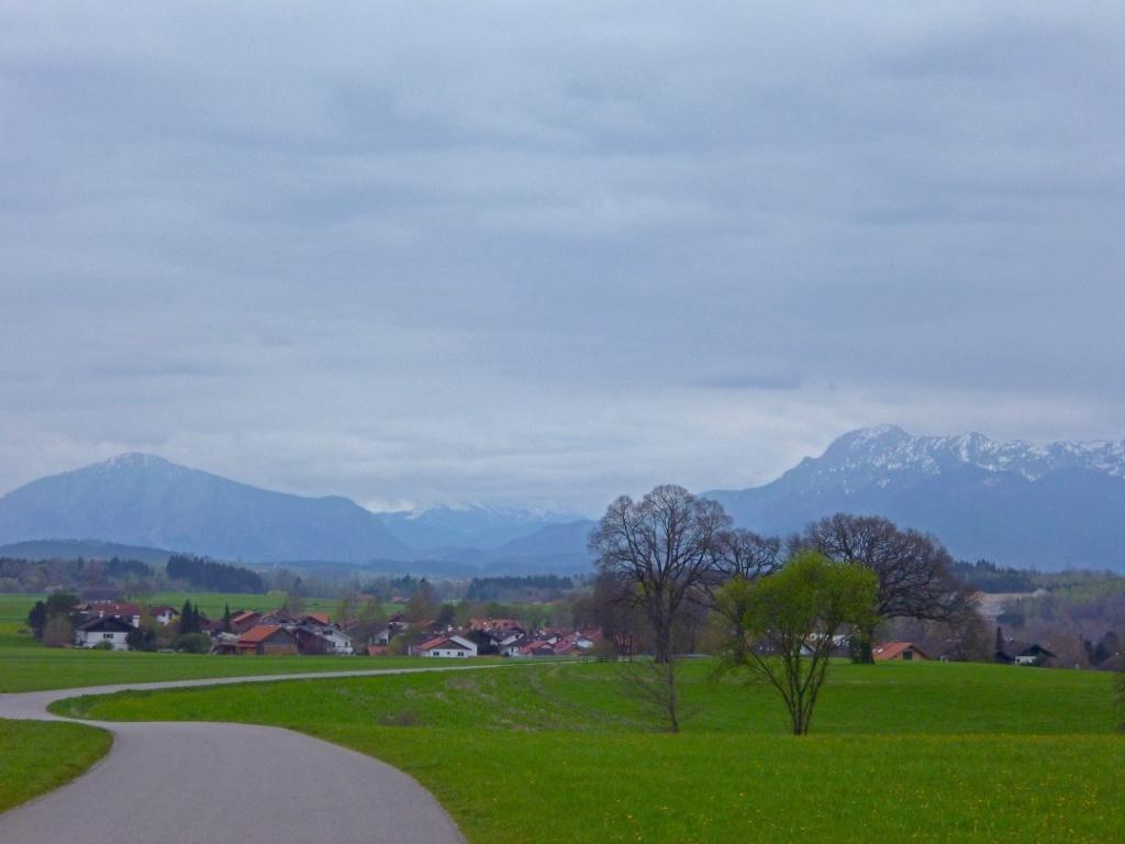 Die panoramareiche Strecke von Berg nach Huglfing führt direkt auf die Berge zu. (Monika Heindl)