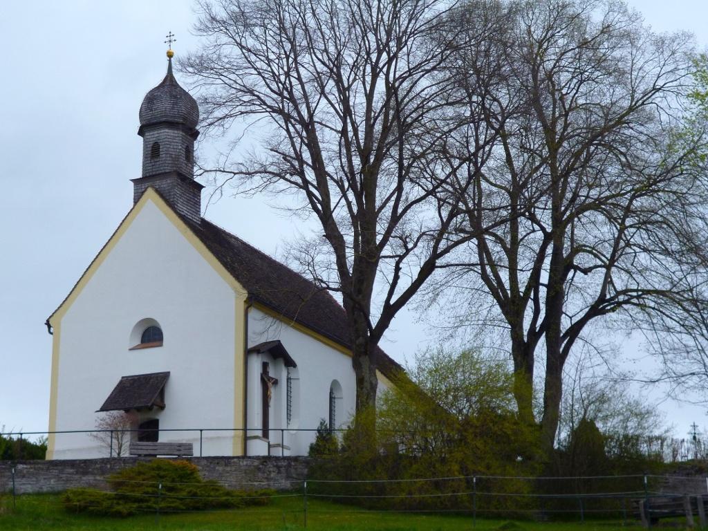 Die Wallfahrtskirche St. Johann oberhalb von Huglfing. (Monika Heindl)