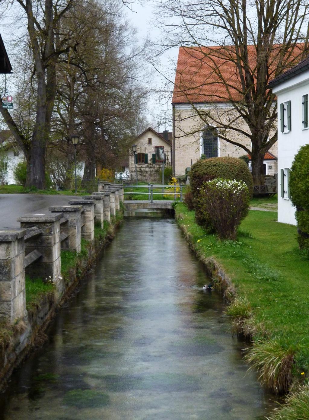 Überquerung des Hungerbachs in Huglfing nahe der Pfarrkirche St. Magnus. (Monika Heindl)