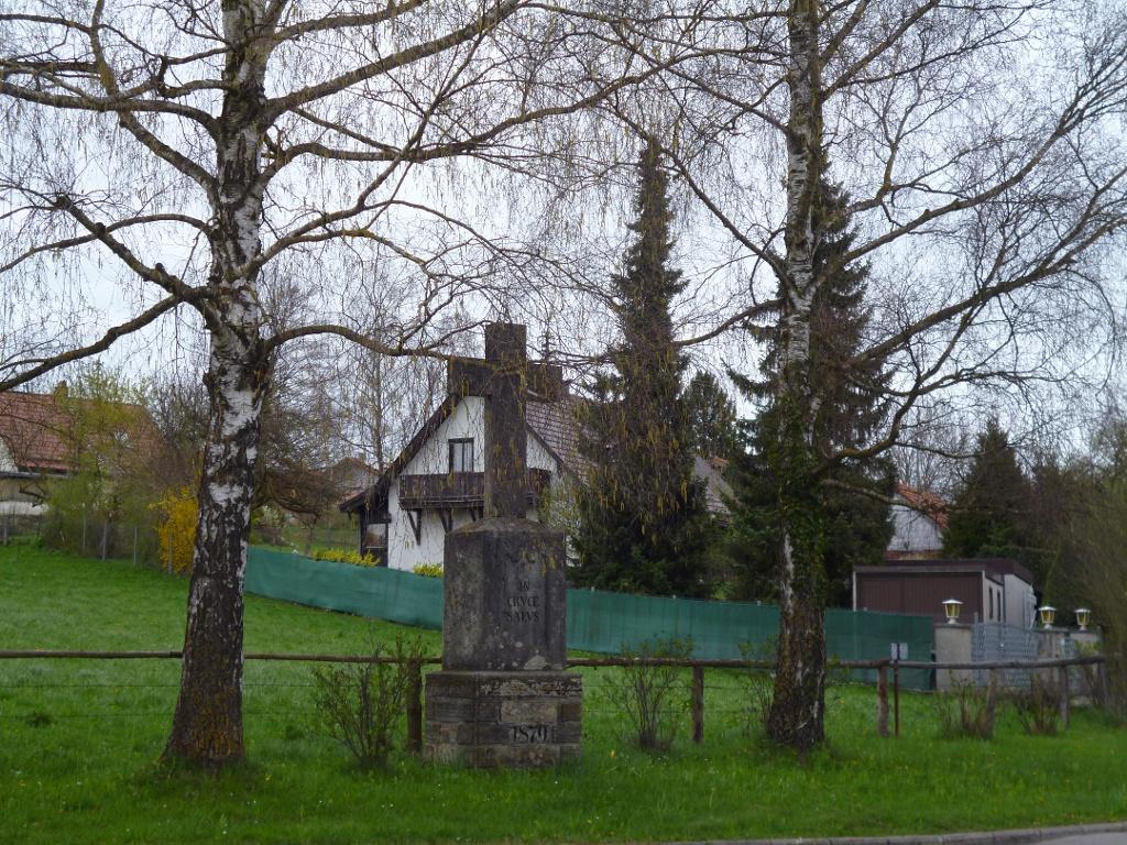 Steinkreuz an der B472 im Süden von Huglfing. (Monika Heindl)