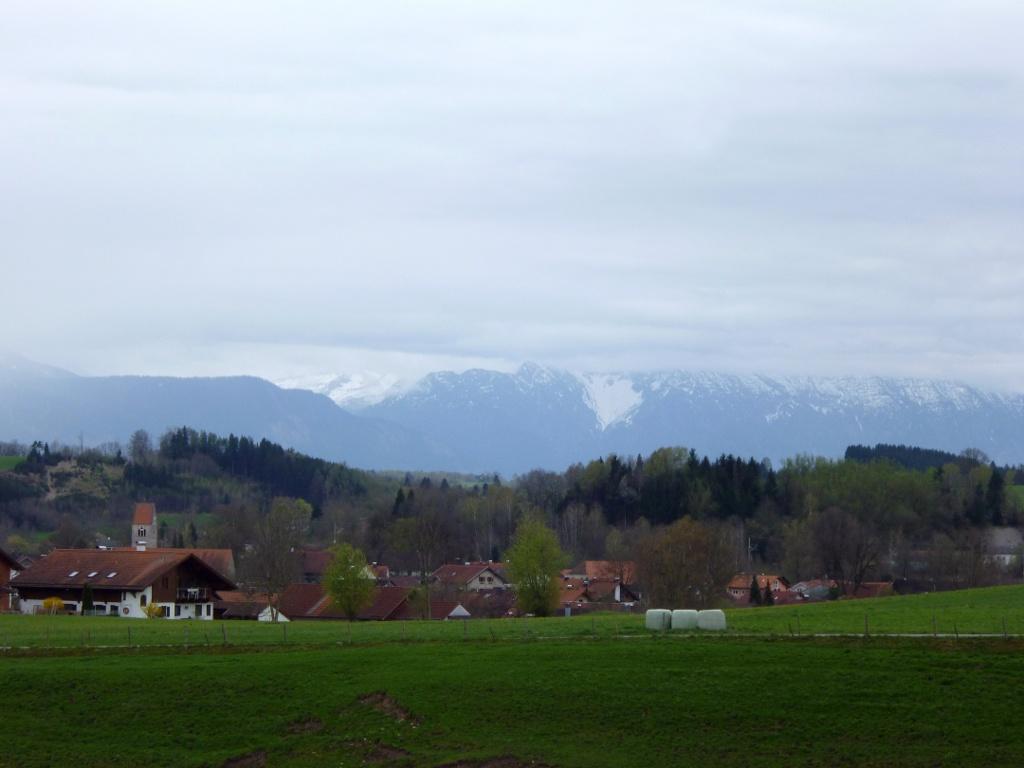 Begleitet von einem schönen Blick über Huglfing hinweg zu den Bayerischen Alpen führt der Weg zurück in den Ort. (Monika Heindl)