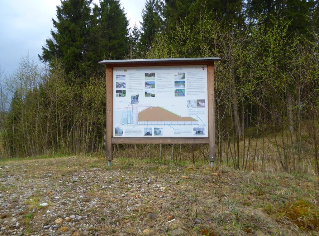 Am Westrand des Damms befindet sich eine Infotafel mit Details zu dessen Geschichte. (Monika Heindl)