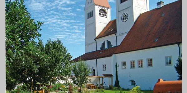 Der liebevoll gestaltete Klostergarten auf der Südseite des Welfenmünsters Steingaden.