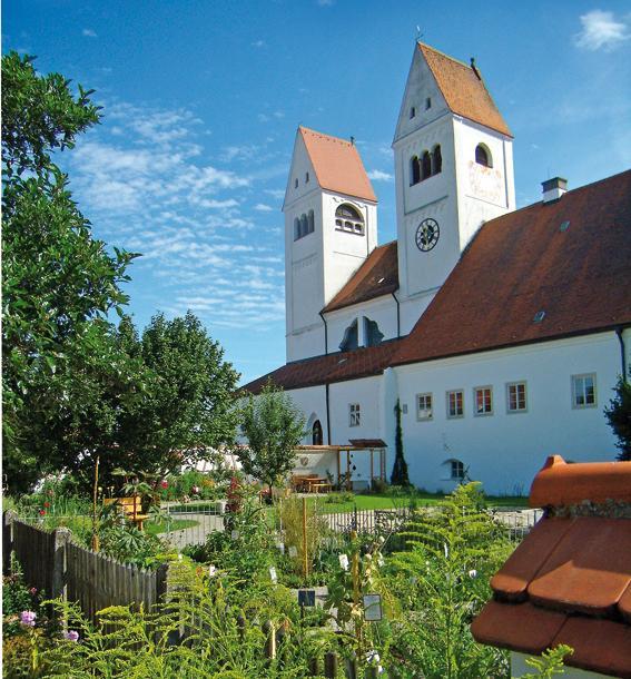 Der liebevoll gestaltete Klostergarten auf der Südseite des Welfenmünsters Steingaden. (M. Kramkowski)