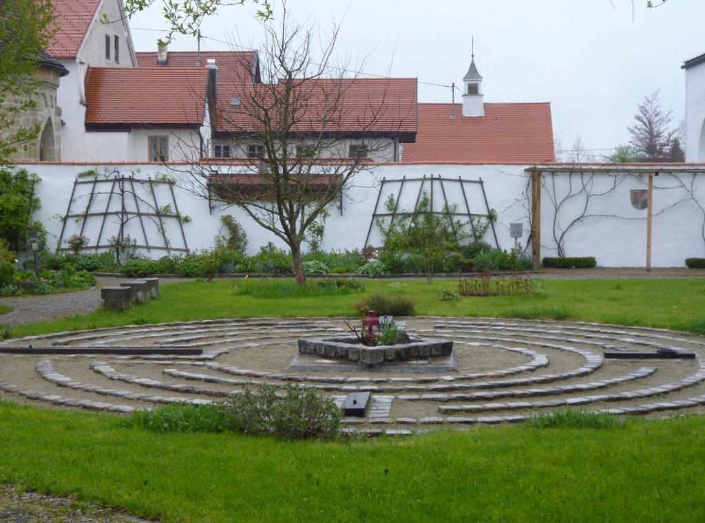 In der Mitte des Klostergartens befindet sich ein Labyrinth aus Steinen. (Monika Heindl)