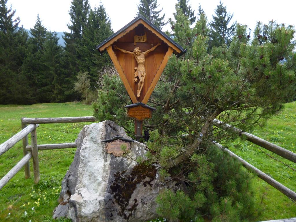 Wegkreuz auf einer Lichtung im Reißholz südlich von Resle. (Monika Heindl)