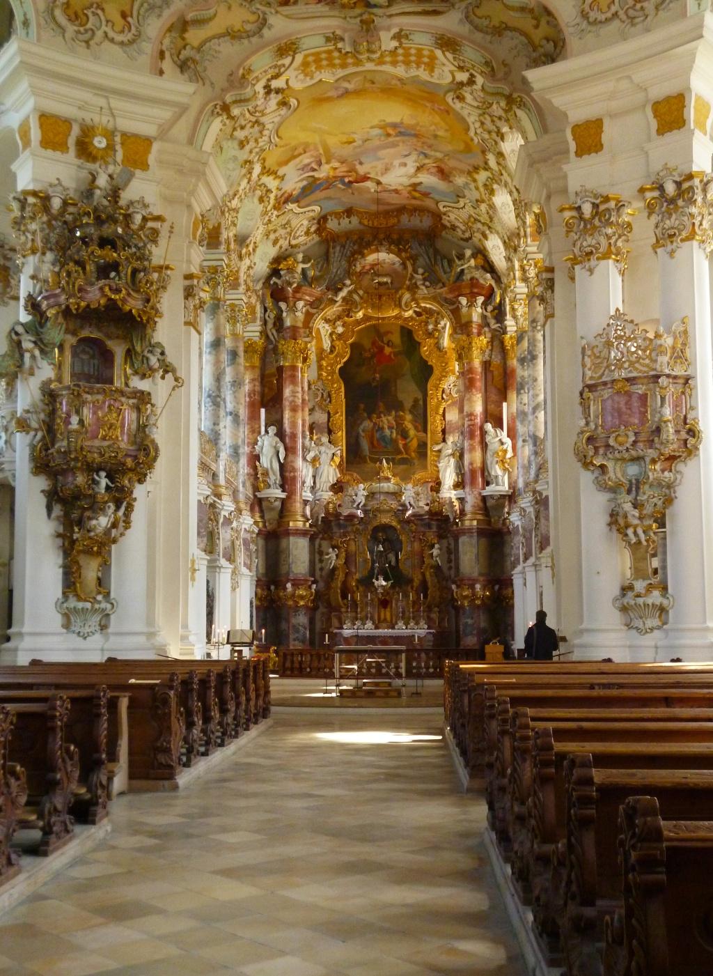 Der aufwändig verzierte Altarraum der Wieskirche. (Monika Heindl)