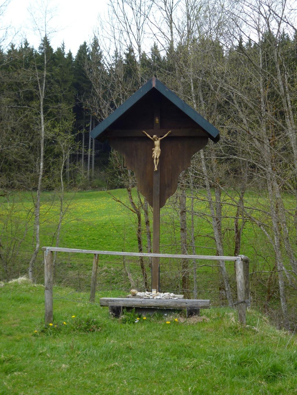 Auf einer Lichtung im Eulenwald südöstlich von Steingaden wird dieses unscheinbare Wegkreuz passiert. (Monika Heindl)