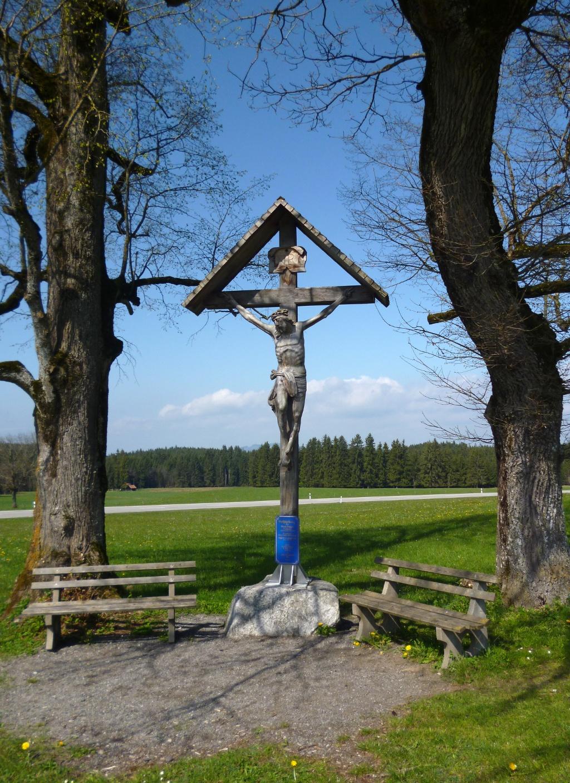 Großes Wegkreuz mit Bänken wenig nördlich der Wieskirche. (Monika Heindl)