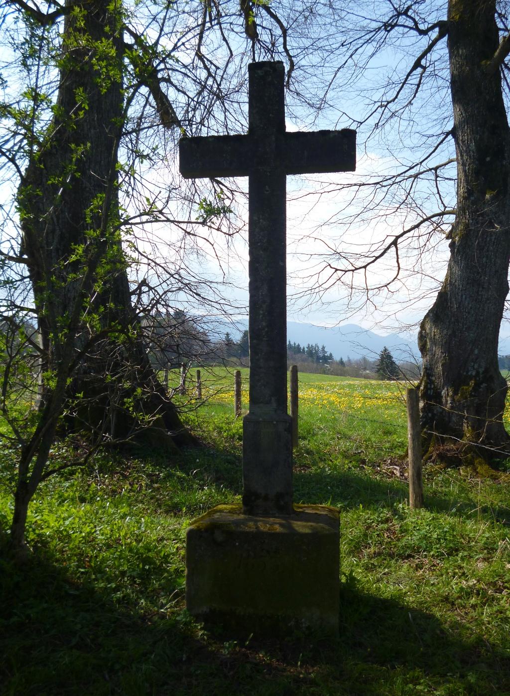 Wegkreuz auf der Kuppe oberhalb des Gagräsgrabens im Südosten von Steingaden. (Monika Heindl)