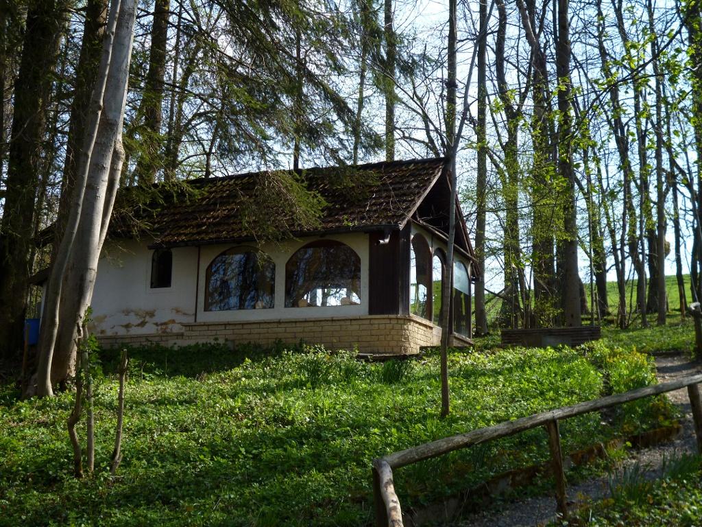 Am Fußweg, der aus Steingaden in Richtung Litzau hinausführt, befindet sich eine kleine Kapelle. (Monika Heindl)