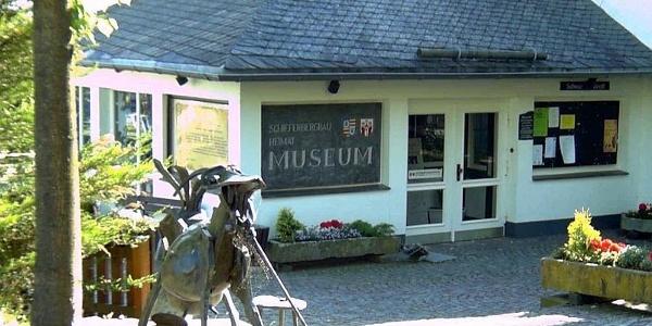 Eingang Schieferbergbau- und Heimatmuseum in Holthausen.
