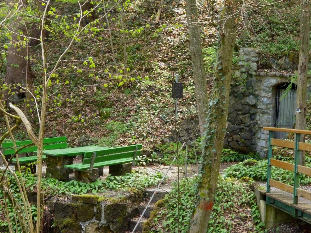Rastplatz mit Tisch und Bänken am Eingang zum Sulzer Stollen. (Monika Heindl)