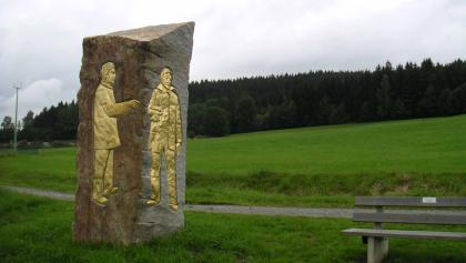 Der goldene Wegweiser von Bodenmais ist ein Kunstwerk.