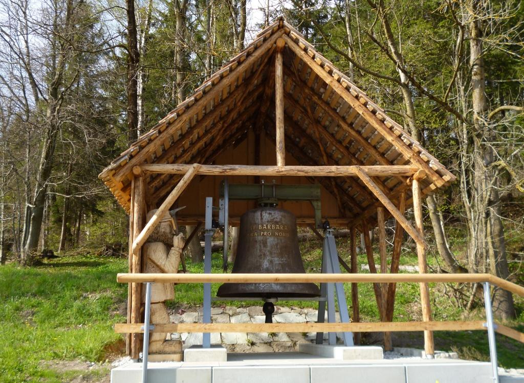 Die Barbaraglocke, die der Schutzpatronin der Bergleute, der heiligen Barbara gewidmet ist, befindet sich nur wenige Meter neben dem Hauptstollen. (Monika Heindl)