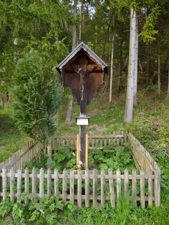 Wegkreuz an der Straße nur wenig östlich der ersten Häuser von Hohenpeißenberg. (Monika Heindl)