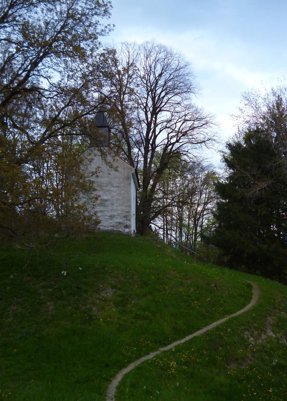 Ein schmaler, gepflasterer Stichweg führt zur St. Georg Kapelle oberhalb von Peißenberg. (Monika Heindl)