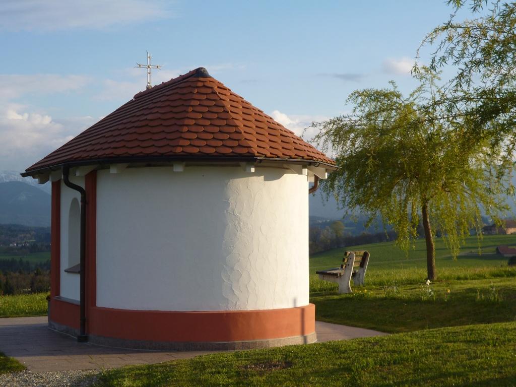 Die kleine Kapelle am östlichen Ortsrand von Schönberg steht direkt vor der eindrucksvollen Kulisse der Alpenkette. (Monika Heindl)