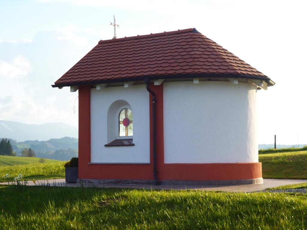 Kleine Kapelle am östlichen Ortsrand von Schönberg. (Monika Heindl)