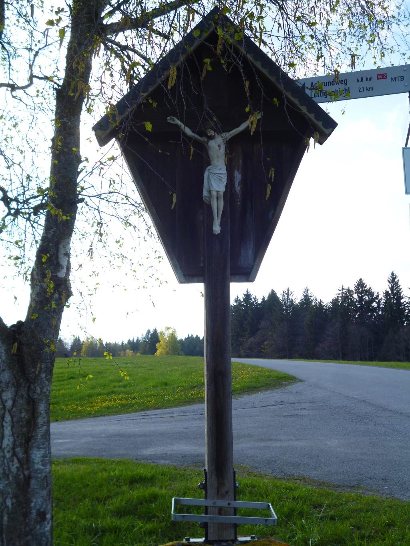 Wegkreuz an der Straßenkreuzung westlich der Brücke über den Stegschachengraben. (Monika Heindl)