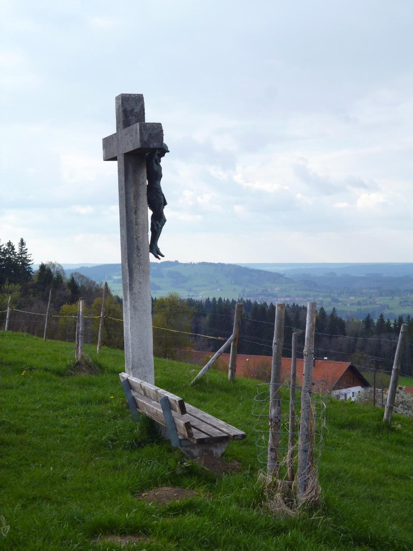 Bank mit Kreuz am Aussichtspunkt Dreiseenblick bei Geigersau. (Monika Heindl)