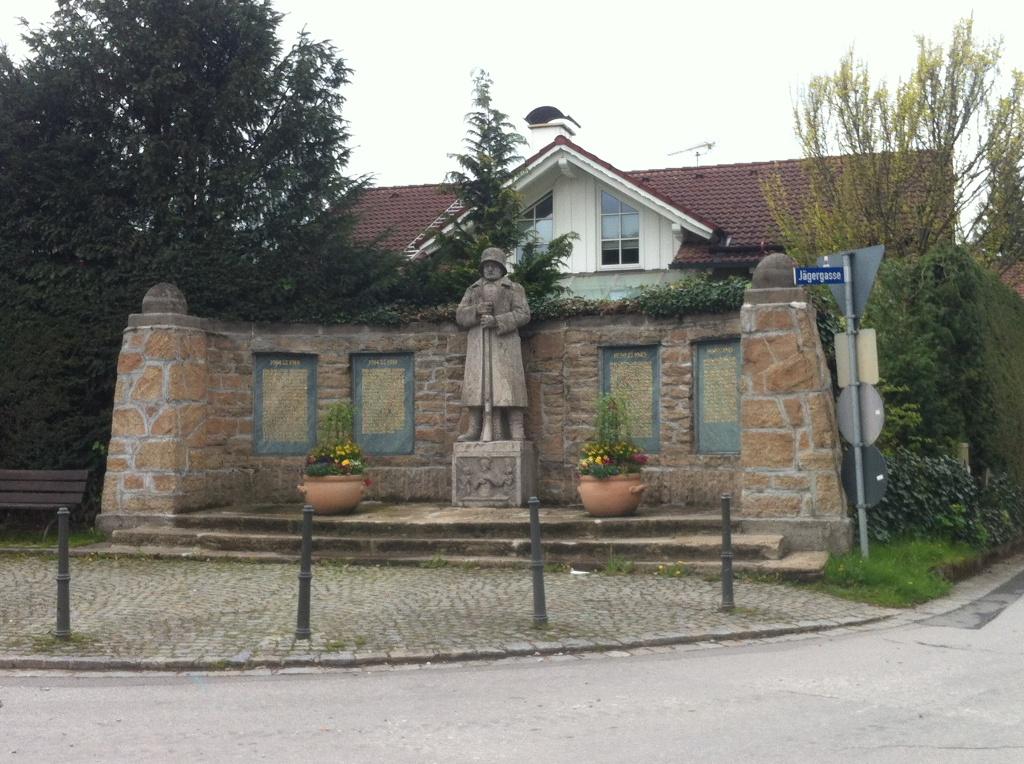 Kriegerdenkmal in Iffeldorf (Antonie Schmid)