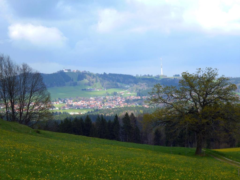 Oberhalb von Leithen eröffnet sich ein grandioser Blick auf den Hohen Peißenberg mit der Wallfahrtskirche und dem Fernsehturm. (Monika Heindl)