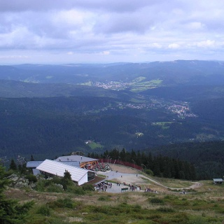 Von der höchsten Stelle des Plateaus haben wir einen Blick auf die Arberhütte und auf Lam.