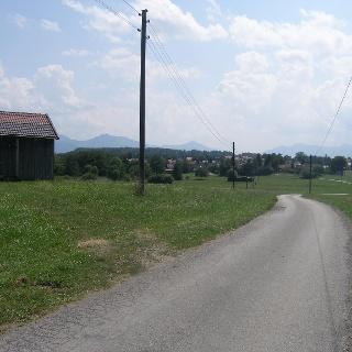 Nachdem wir den Wald hinter uns gelassen haben, blicken wir auf den Ortsteil Reindl.