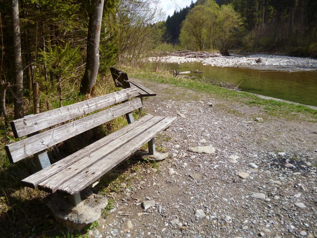 Auf der Westseite des Kalkofenstegs bieten sich mehrere Bänke für eine Rast mit Blick auf die Ammer an. (Monika Heindl)