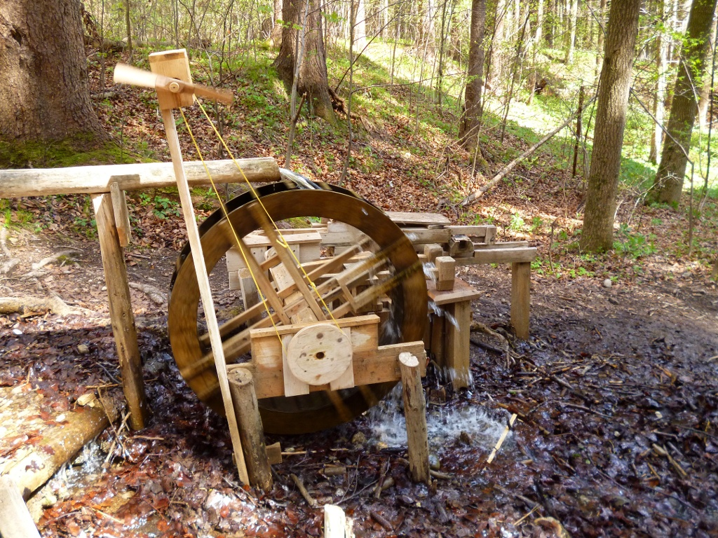 Das Holz-Wasserrad oberhalb des Kalkofenstegs zieht nicht nur Kinder in seinen Bann. (Monika Heindl)