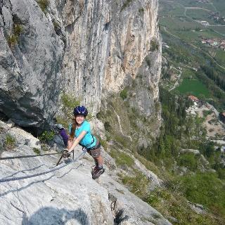 Mediterranes Flair und wunderbare Tieblicke erwarten die Klettersteiggeher am Colodri.