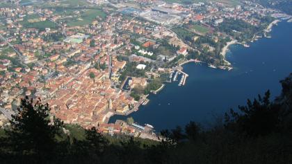 Blick aus dem Schatten auf Riva am Gardasee.