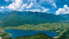 Ausblick von der Leuchtenburg auf den Kalterer See.