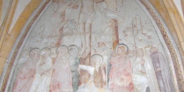 Wir passieren diese Kreuzigungs-Freske.