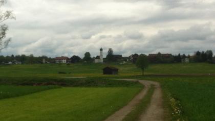 Weitblick auf die Kirche St. Benedikt in Tauting