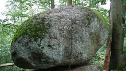 Am Wackelstein befindet sich eine Eisenkette, mit der man den Granitblock zum Wanken bringen kann.