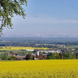 Blick über Aulendorf zur Alpenkette