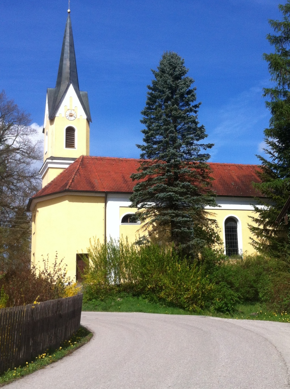 Im Weiler Nantesbuch erhebt sich die Maria Himmelfahrt Kirche. ()