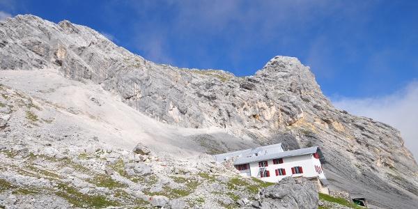 Knorrhütte von Südosten im Hintergrund Brunntalkopf