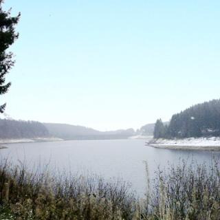 Ausblick über den Stausee zur Talsperre.