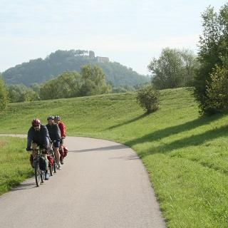 Der erste Abschnitt unserer Tour führt uns noch gemütlich am linken Ufer der Donau entlang.