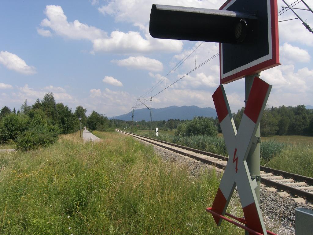 Unser Weg führt an der Bahnstrecke nach München entlang.  ()