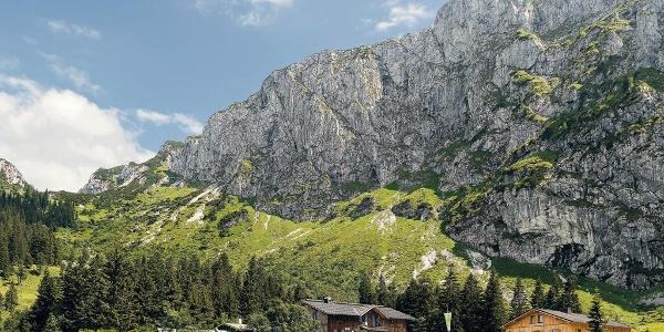Keine Fernsicht, aber Aussicht: Beeindruckend ragt die Nordwand der Benediktenwand über der Tutzinger Hütte in den Himmel. Foto: Sepp Auer
