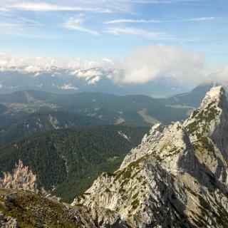 Übersicht über das Herzstück der Tour: Rechts die Arnplattenspitze, in der Mitte etwas unscheinbar die Mittlere Arnspitze und davor der Rest des Grates. Die Aufnahme ist am Gipfel der Großen Arnspitze entstanden.