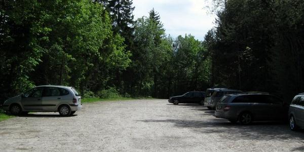 Großer gebührenfreier Parkplatz am Beginn.