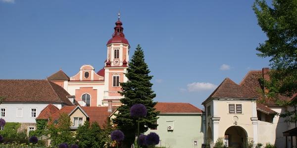 E-Bike Genusstour | Erlebnisstation: Schlosspark Pöllau mit Blick zur Kirche