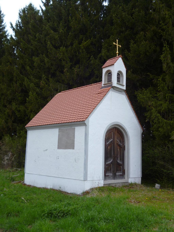 Eine kleine Kapelle am Weg durch die Felder und Wälder südöstlich von Altenstadt. (Monika Heindl)